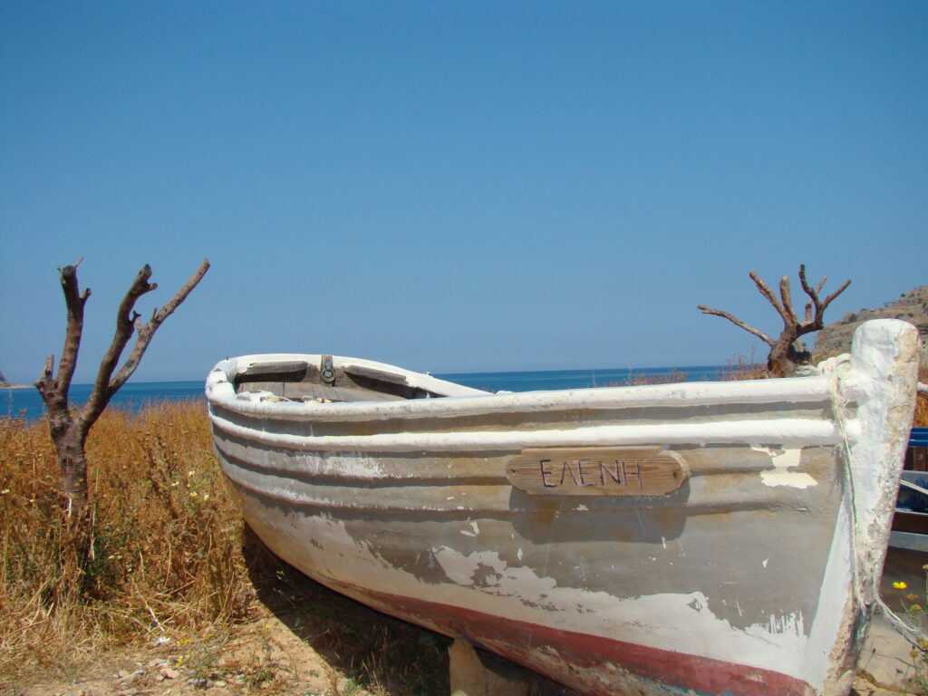 """Symboliczna łódź o imieniu głównej bohaterki """"Wyspy"""" Eleni, odwożąca trędowatych na Spinalongę"""