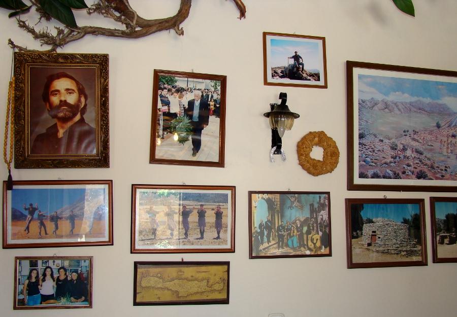 Historia Anogii na ścianie lokalu